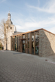 Fassade Neubau und Kirche